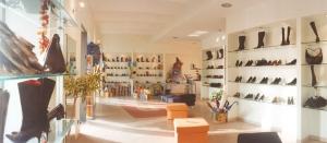 Un negozio di scarpe elegante e spazioso